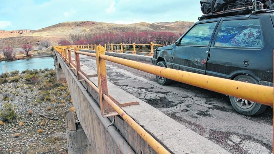 El cruce es clave para el turismo neuquino. Tiene una sola mano de tránsito. Foto: Patricio Rodríguez.
