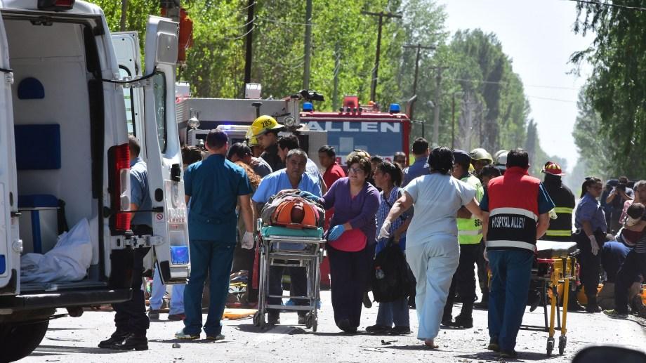 Así trasladaban a algunos de los heridos. Fueron más de 10. (Foto: César Izza)