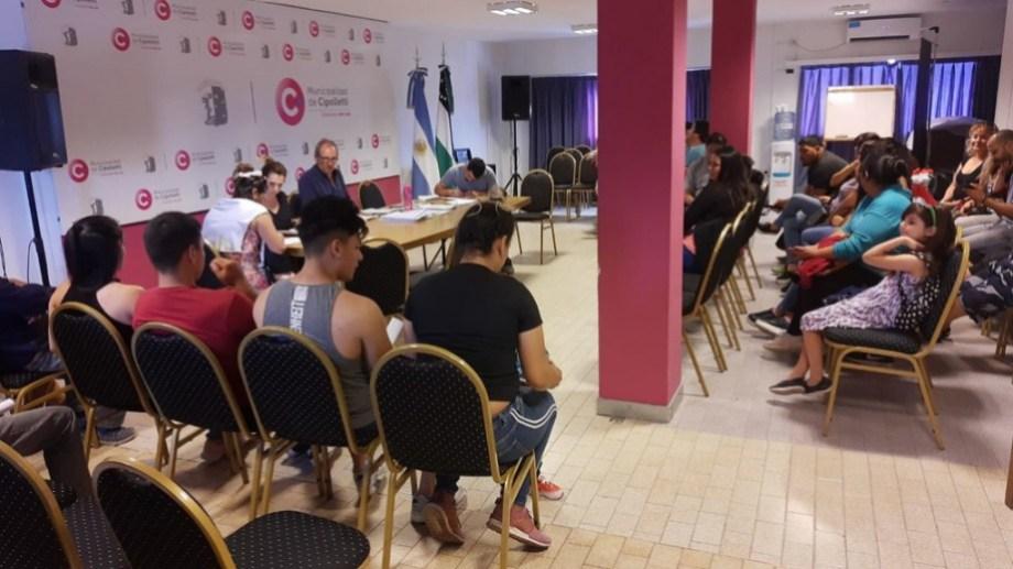 Las familias firmaron ayer el convenio con el municipio.
