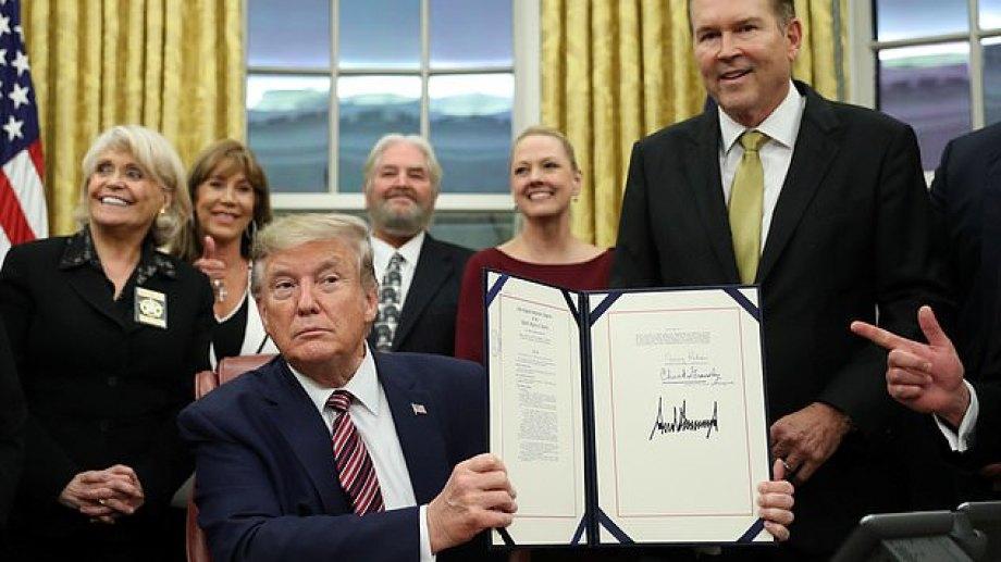 Donald Trump firmó el proyecto contra el maltrato animal.