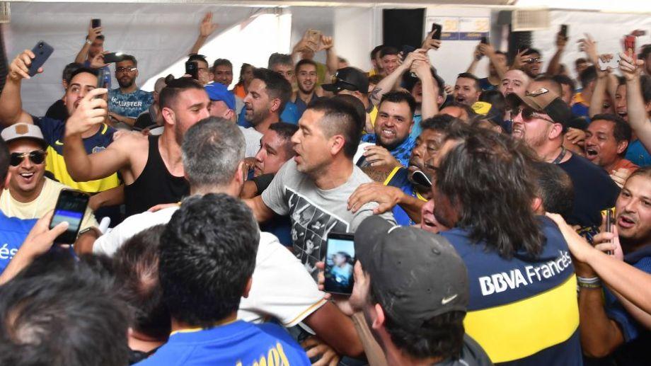 Hubo cánticos y pogo en medio de la llegada de Riquelme al sitio de votación. Foto: Alfredo Luna para Télam.-