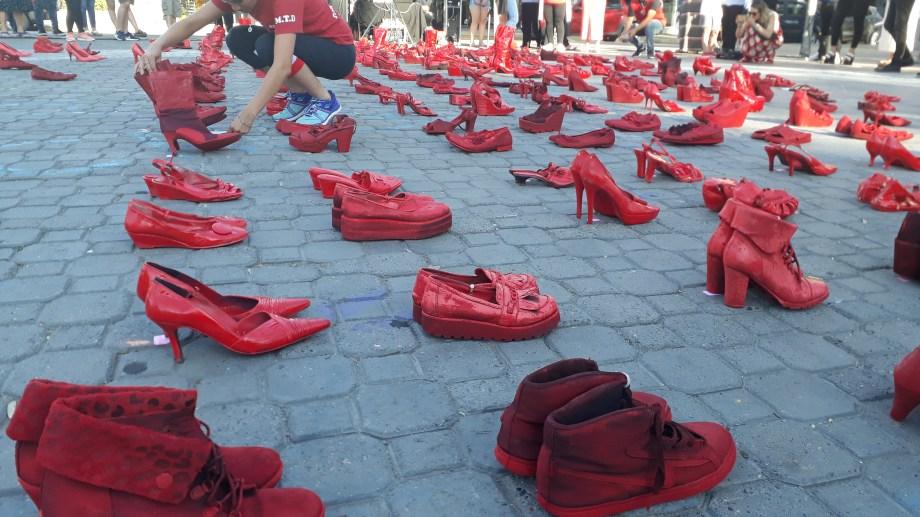 Los zapatos rojos  en el centro de Neuquén. Foto: Gentileza