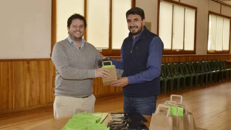 El intendente de San Martín de los Andes les regaló bolsas de residuos a sus funcionarios. (Gentileza).-