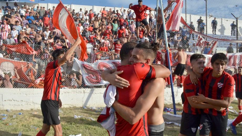 Los jugadores del Rojo festejaron junto a su hinchada. (Foto: Yamil Regules)