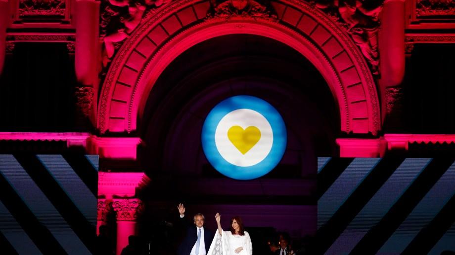 Alberto Fernández y Cristina Kirchner, en el escenario montado en Casa Rosada. Allí hablan de frente a Plaza de Mayo. (Foto: AP)