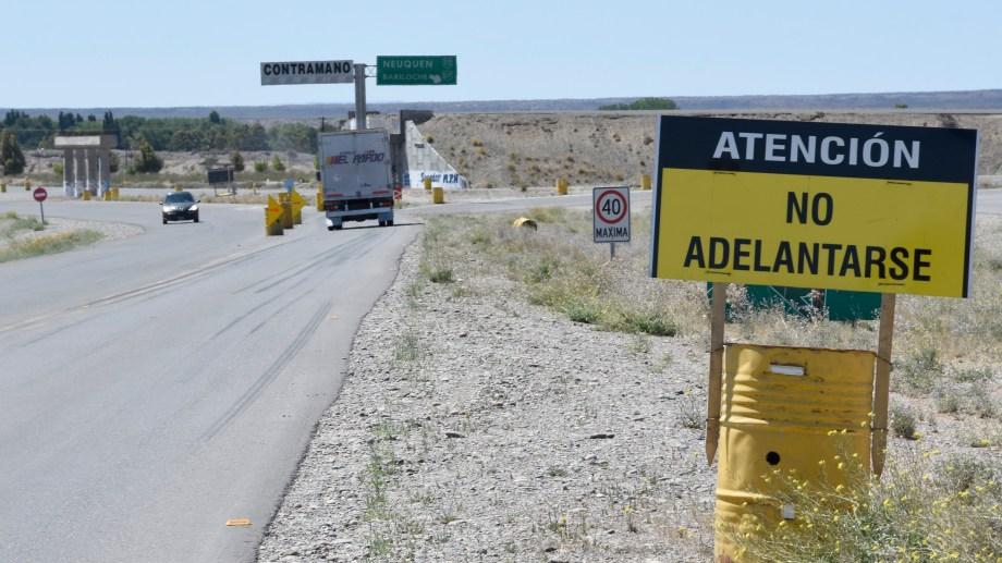 El cruce elevado para reemplazar la rotonda entre la ruta 22 y la 237 no se terminó y hay escasa señalización para los automovilistas. Foto: Juan Thomes.