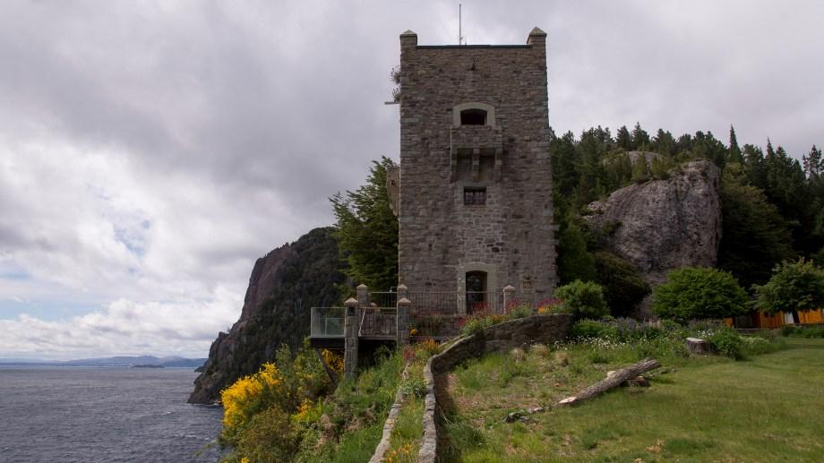 La torre sarracena  construida por Alejandro Bustillo, en la Península San Pedro, a unos 20 km del centro de Bariloche. Foto: Marcelo Martinez