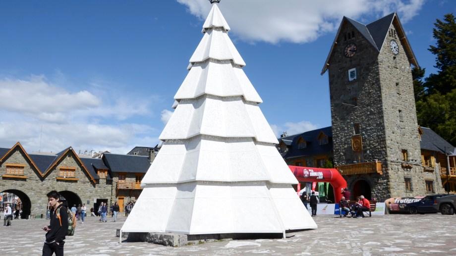 El pino de 10 metros de altura estará hasta comienzos de enero en el Centro Cívico de Bariloche. Foto: Alfredo Leiva