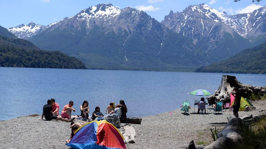 Mucha gente ayer pasó la Navidad en la playa del lago Mascardi, ahora bajo posesión de una comunidad mapuche. Foto: Alfredo Leiva