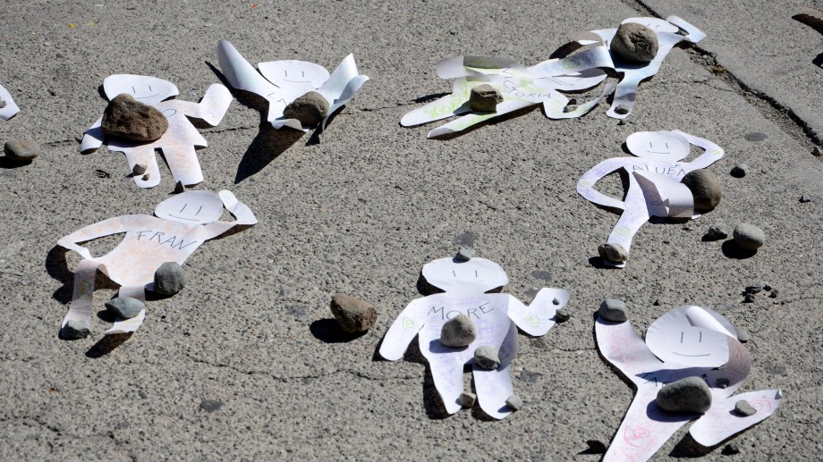Las figuras de los niños que se quedarían sin aula fueron colocadas en el piso frente al municipio. Foto: Alfredo Leiva