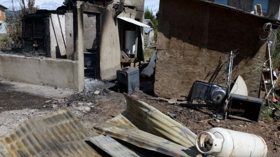 Destrucción total en la casa de pamela, la mujer que denunció el incendio en un contexto de violencia de género. Foto: Alfredo Leiva