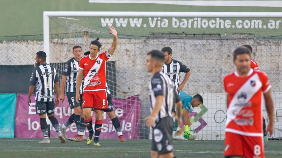 El defensor no festejó el gol que le convirtió a Cipo y además se disculpó con el público albinegro. (Foto: Juan Thomes)