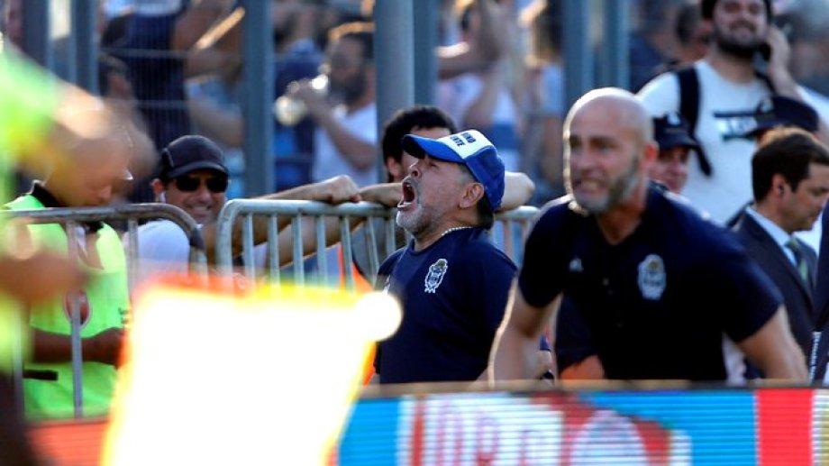 Maradona festejó por primera vez de local desde que dirige al Lobo.
