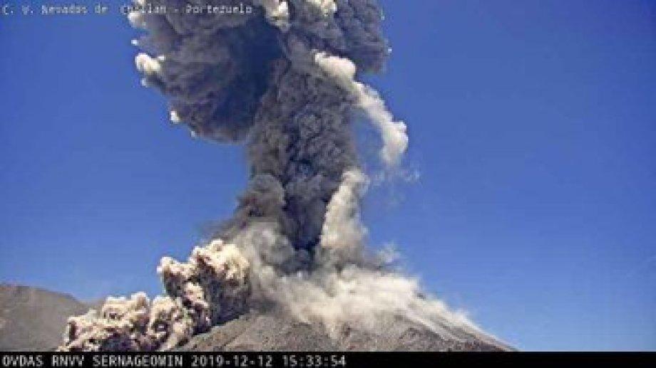 Ayer la columna del volcán Nevados de Chillán alcanzó los 1800 metros de altura. (Gentileza).-