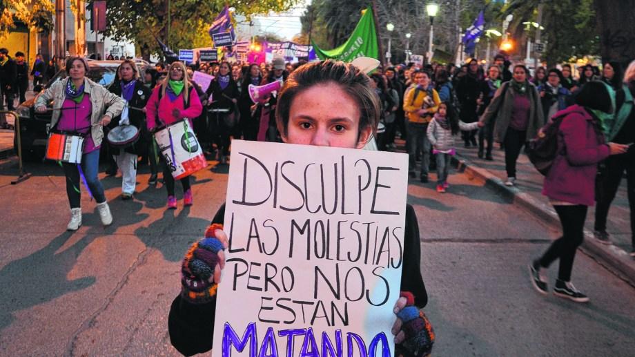 Este año, la mayoría de las organizaciones que se suman al #NiUnaMenos convocan a actividades virtuales y no marchas, por la pandemia. (Archivo Juan Thomes).-