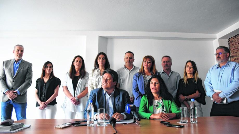 El nuevo intendente de Neuquén, Mariano Gaido, junto a su equipo de gabinete.