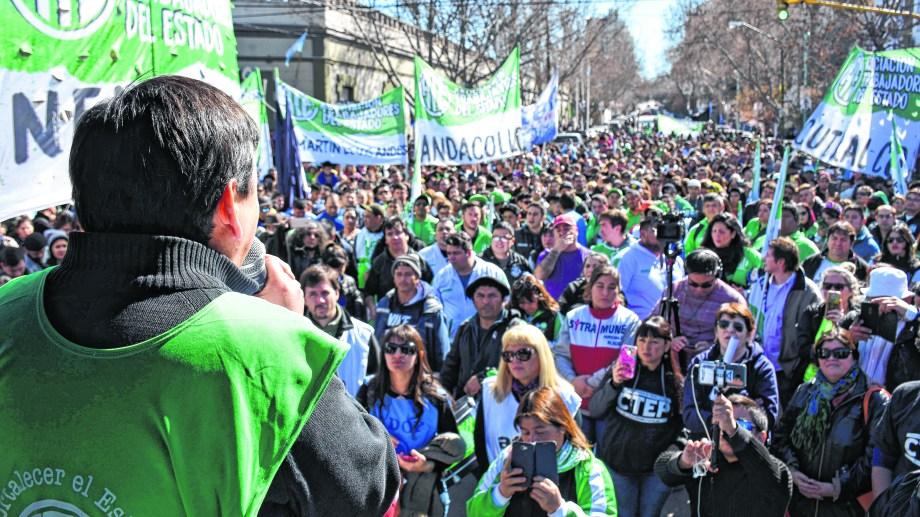 El ajuste por inflación le dio al gobierno de Omar Gutiérrez tres años de paz social y baja conflictividad con los sindicatos.  Foto: Archivo