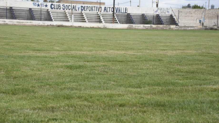 El césped brilla sobre el estadio de Alto Valle que por muchos años fue de tierra. (Foto: Juan Thomes)