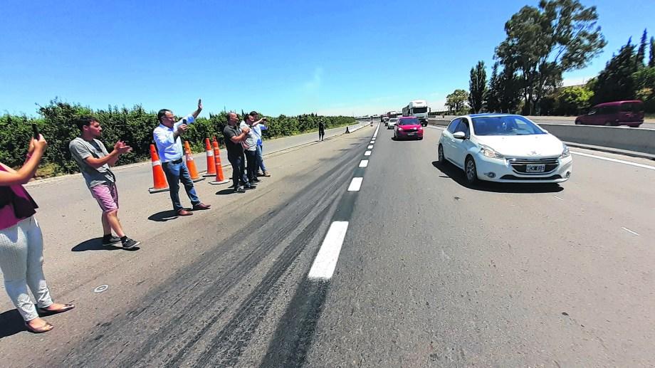 Autoridades nacionales y locales estuvieron en el estreno del nuevo paso, que lentamente va conformando la parte terminada de la ruta 22. (Foto: Pablo Accinelli)