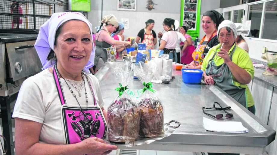 En la planta Almería, un nutrido grupo prepara los panes para repartir.  Foto Pablo Leguizamón.