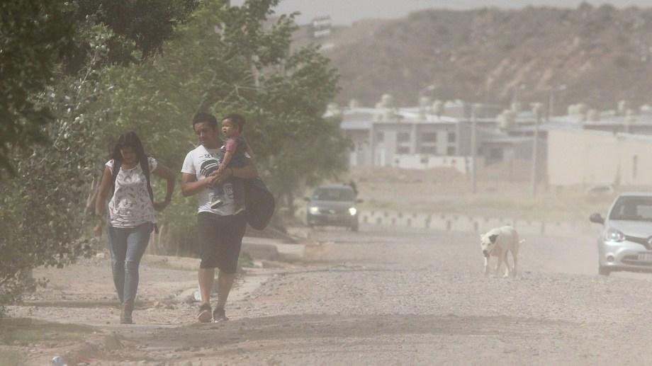 Se estima que hoy las ráfagas podrían alcanzar los 90 km/h en Neuquén capital. (Archivo Oscar Livera).-