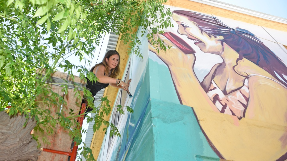 Irantzu Lekue, muralista vasca, también se sumó a la iniciativa. (Foto: Juan Thomes)