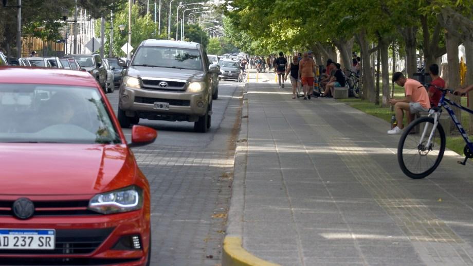 El Municipio volverá a restringir el ingreso de vehículos al Paseo de la Costa durante el verano. (Foto: Juan Thomes.-)