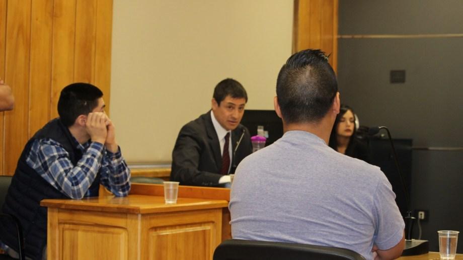 El imputado (a la izquierda) tiene 19 años y está siendo asistido en el juicio por el defensor oficial Nelson Vigueras.