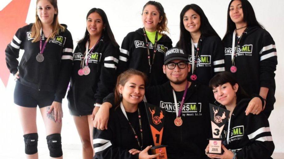 La academia Dancers ML se formó hace cuatro años en Roca por iniciativa de un joven que se desempeñaba como tallerista de Desarrollo Social en los barrios. (Fotos: Emiliana Cantera)