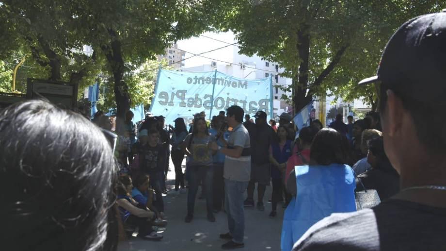 Los integrantes de Barrio de Pie se concentraron en la plaza frente a la Casa de Gobierno para esperar la reunión del mediodía. (juan Thomes).-