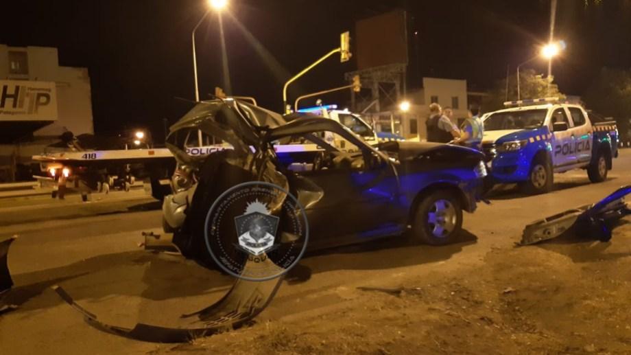 Así quedó el auto del policía, tras el choque. La camioneta lo arrastró 92 metros. (Foto: Gentileza.-)