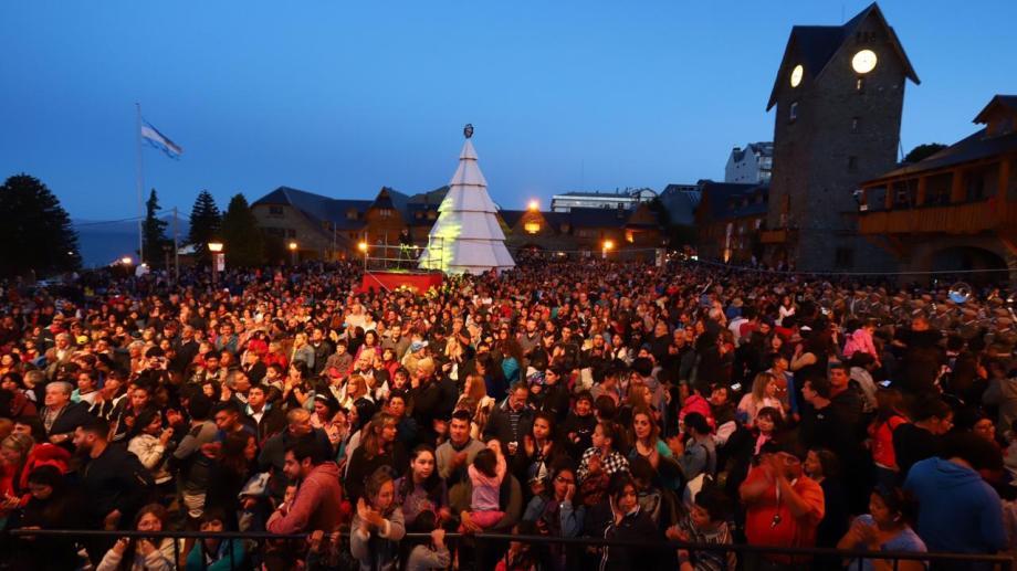Cada noche en el Centro Cívico de Bariloche se encenderá el árbol de Navidad. Foto: Gentileza