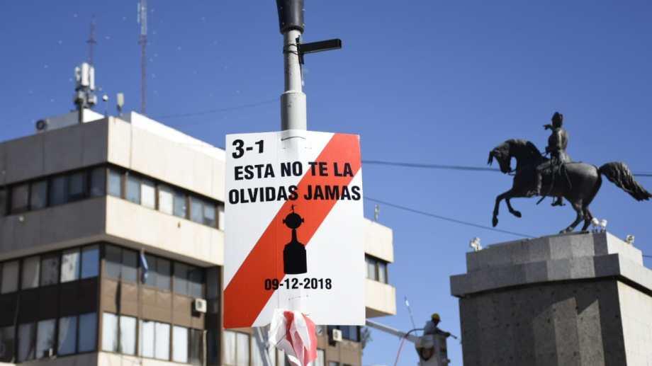 Simpatizantes de River colgaron carteles en el centro de Neuquén recordado la victoria contra Boca. (Florencia Salto).-