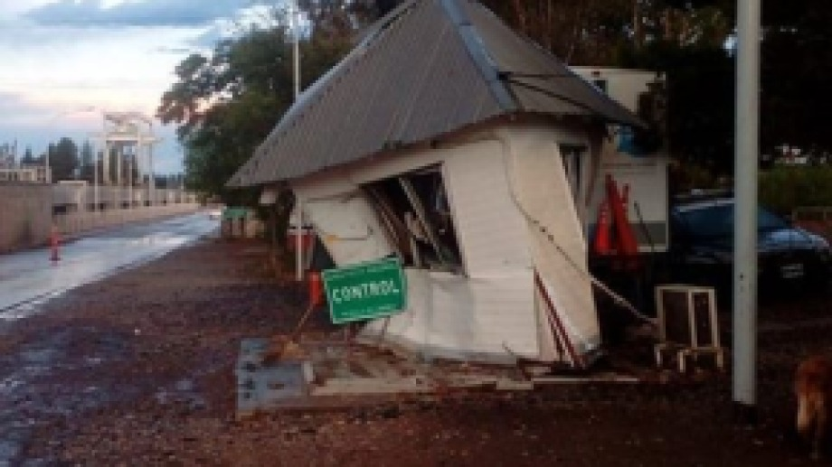 El camión destrozó el puesto del Senasa en puente Dique. (Foto: gentileza)