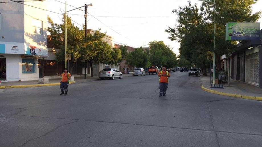 El tránsito permaneció cortado en Cipolletti, mientras peritaron varios edificios de la UNCO por amenazas de bomba. Foto: Agencia Cipolletti