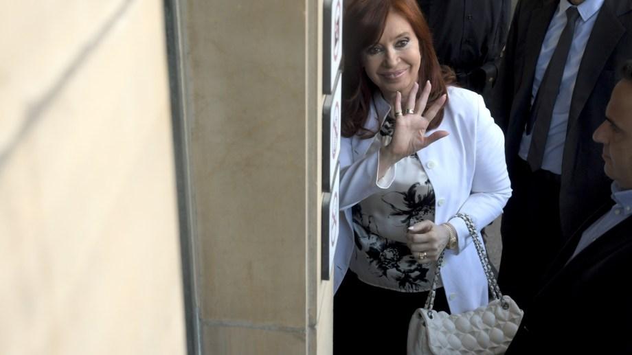 Cristina Fernández de Kirchner ingresa al Tribunal Oral Federal 2, donde declara por la causa de la corrupción en la obra pública. (Foto: Télam)