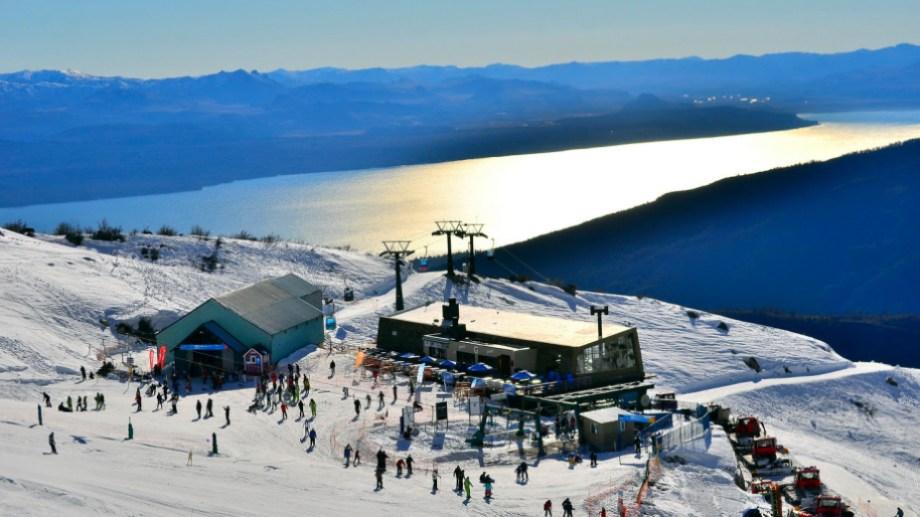 El intendente Gennuso firmó días atrás el contrato con la empresa Capsa para la prórroga de la concesión del centro de esquí hasta 2056 (Foto: archivo)