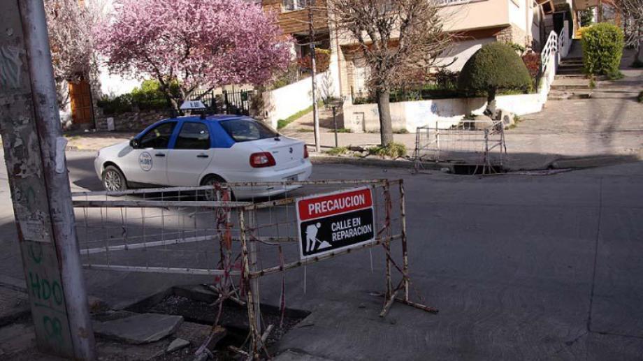 Otra vez la calle Elflein, una arteria muy transitada en el centro de Bariloche, vuelve a estar en obra. Archivo