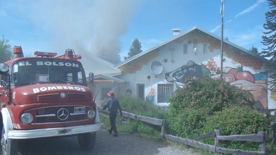 Bomberos lograron apagar el fuego de la Escuela 103 de El Bolsón. Foto gentileza: Noticias del Bolsón.