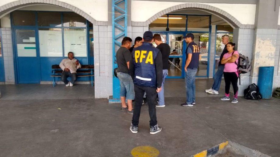 Cerca de las 16, el sujeto fue detenido en la Terminal de Ómnibus de Roca. (foto: gentileza lector La Comuna)