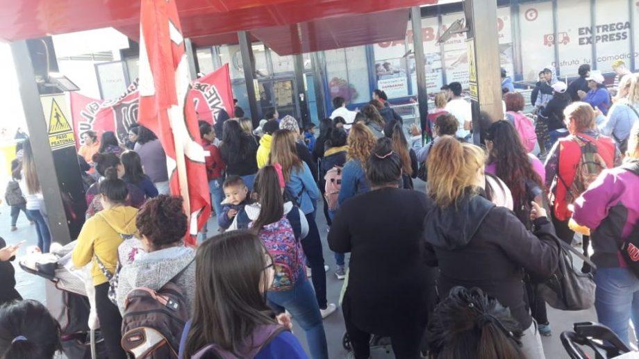 Más de un centenar de personas permanece en las puertas del supermercado ubicado en San Juan y 9 de Julio. (foto: César Izza)