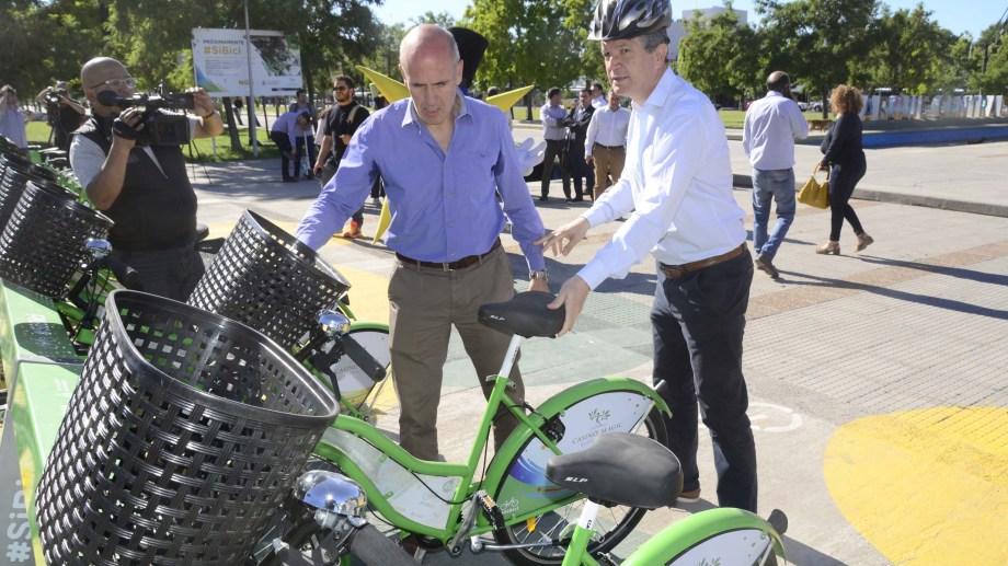 El intendente Guillermo Monzani se puso el casco y se animo a la bicicleta. Fabián García lo acompaña. Foto prensa municipalidad de Neuquén