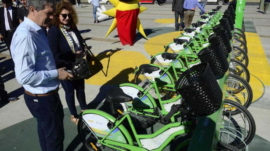En el parque central se inauguró una estación de las bicicletas gratuitas.