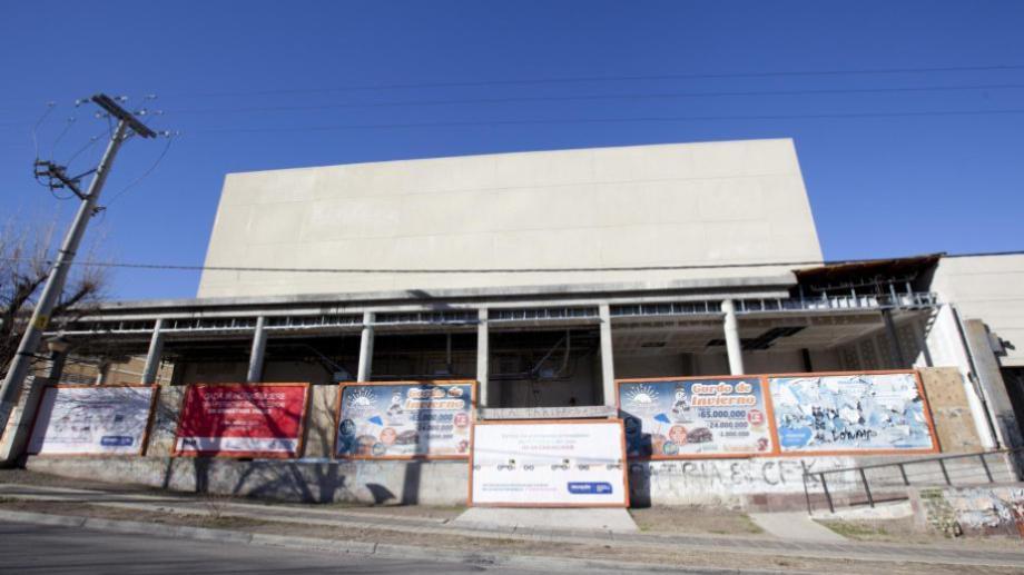 El paso del tiempo se nota en la construcción de avenida Argentina.