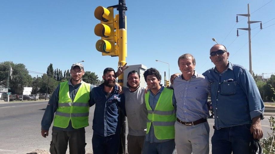 En su ultimo día como intendente de Cipolletti, Aníbal Tortoriello salió a recorrer los semáforos que instalaron, y hubo un choque. Foto: Gentileza