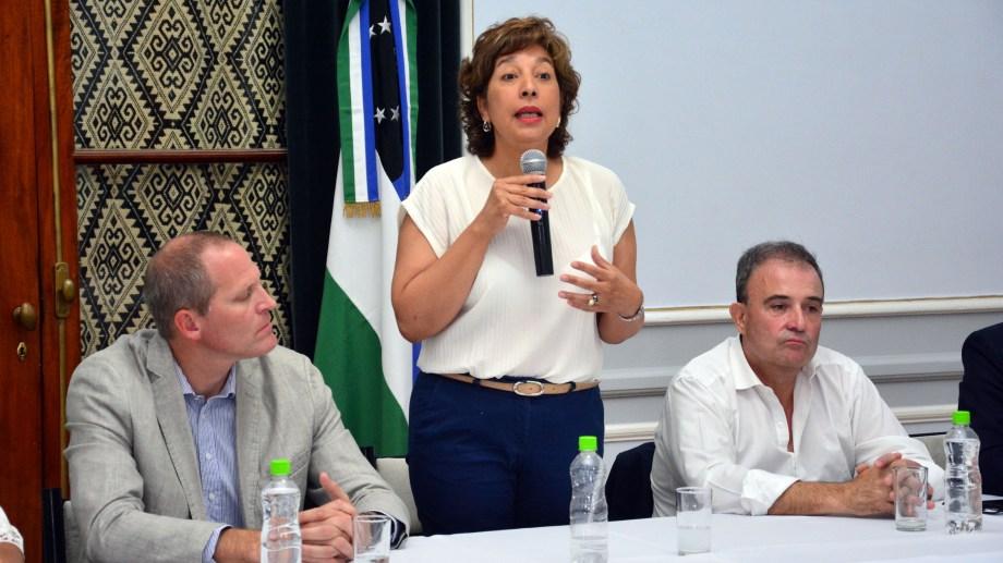 El primer acto de gobierno fue en Viedma. La gobernadora se focalizó en política habitacional. Foto: Marcelo Ochoa.