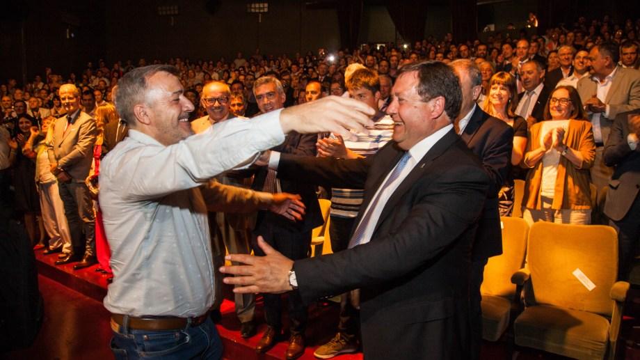 El saludo entre Rodolfo Aguiar y Alberto Weretilneck, durante el acto en Viedma. Foto: Marcelo Ochoa.