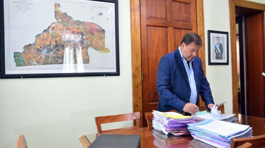 El gobernador durante sus últimas horas en su despacho. Foto: Marcelo Ochoa.