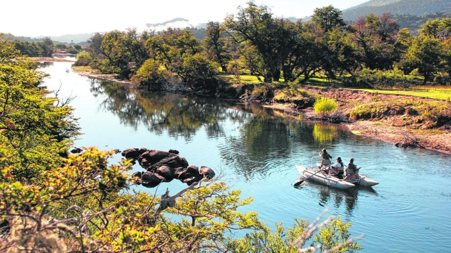 La pesca embarcada, por el río Aluminé y otros lagos increíbles, se hace a bordo de balsas especiales.
