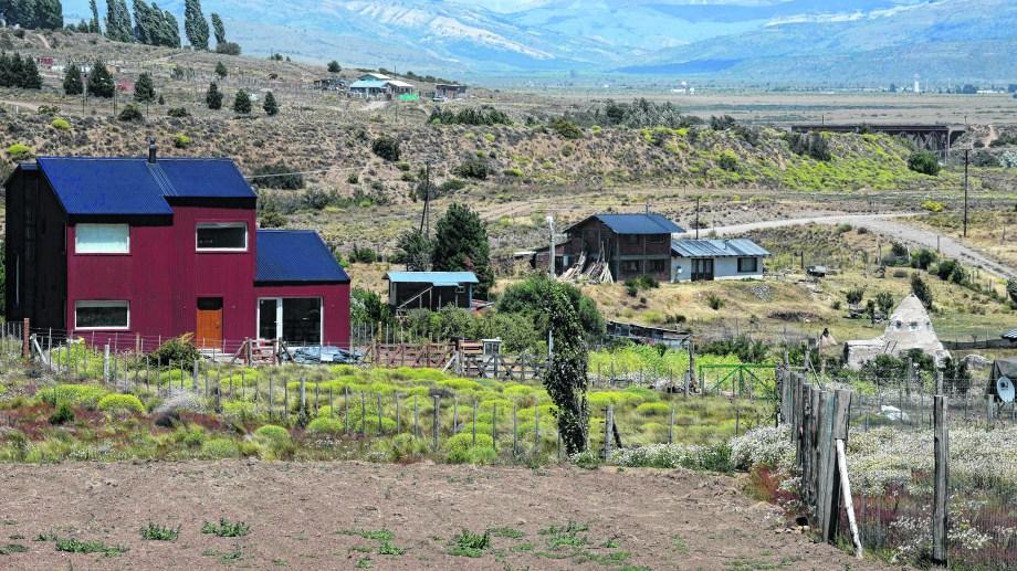 Las nuevas construcciones de los loteos privados contrastan con las viviendas antiguas del paraje. Se estima que hoy la población asciende a 300 personas. Foto: Alfredo Leiva